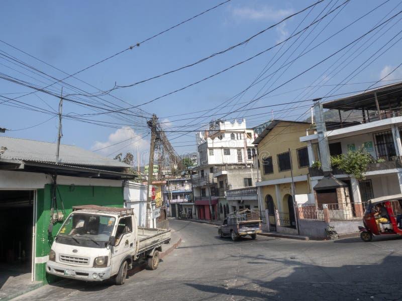 Gator i Santiago Atitlan anslutas av den elektriska vägledningen, Guatemala royaltyfria foton