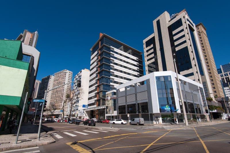 Gator och byggnader av den Curitiba staden arkivfoton