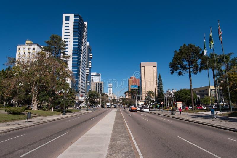 Gator och byggnader av den Curitiba staden arkivfoto