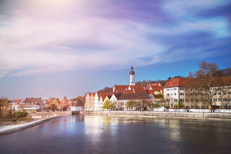 Gator och flodbank i den Landsberg am Lech staden i Tyskland, Bayern arkivbilder