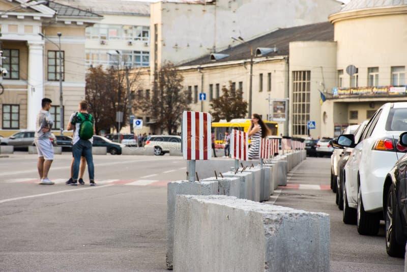 Gator och fyrkanter för gångare - stads- studiefall Avskiljande av körbanan eller fyrkanten genom att använda konkreta kvarter oc royaltyfri fotografi