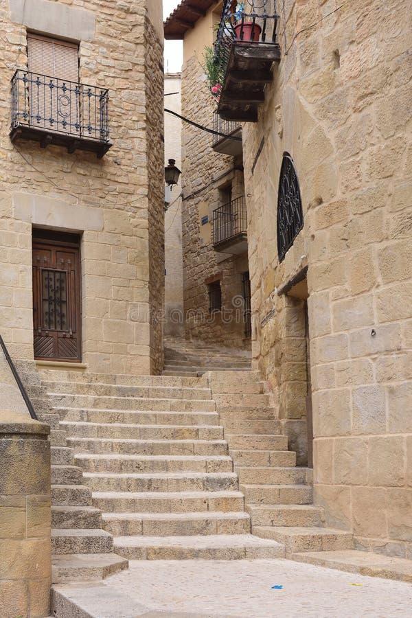 Gator och hörn av den medeltida byn av Valderrobres, man royaltyfri bild