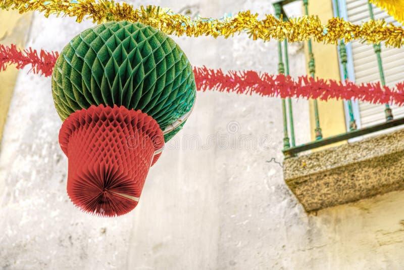 Gator smyckade med girlander för festligheter av helgonet Antho arkivfoto