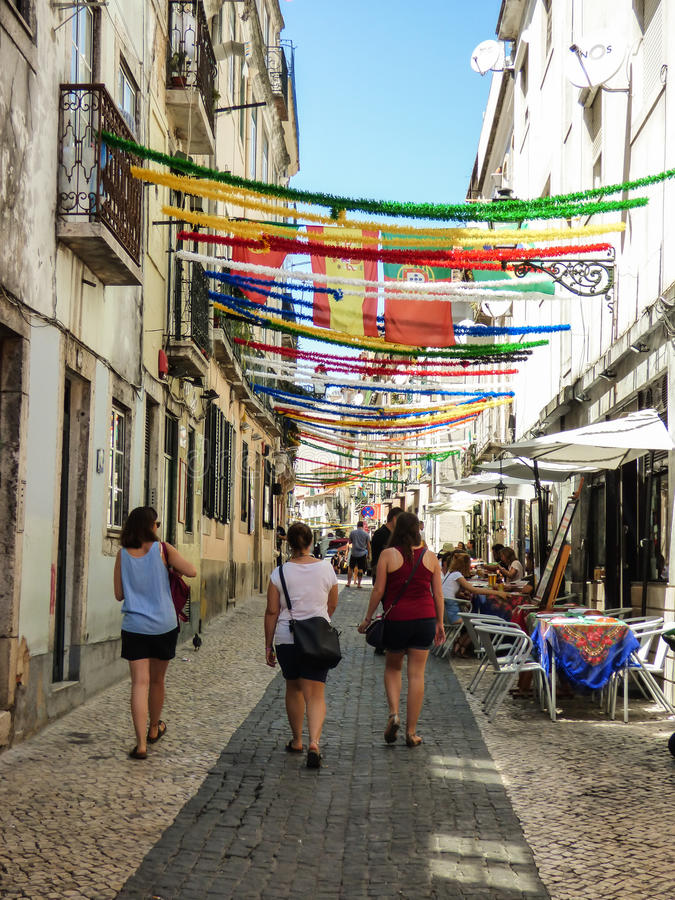 Gatorna av Bairro för historisk grannskap` som den alt- `en dekoreras för de populära helgonen, festar i Lissabon royaltyfri fotografi
