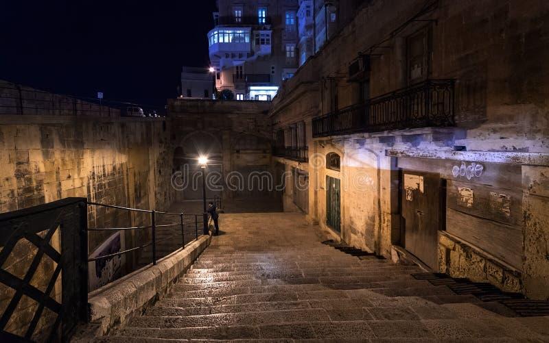 Gatorna av natten Valletta Gå trappan i mörkret royaltyfria bilder