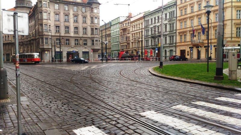 Gatorna av Prague med spårvagnar fotografering för bildbyråer