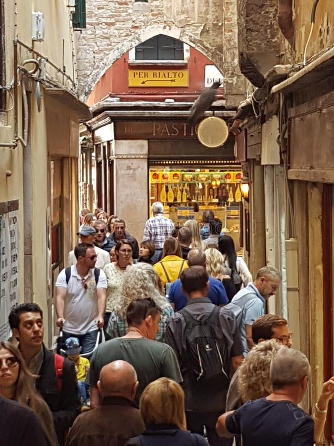 Gatorna av Venedig, Italien trängde ihop med turister royaltyfri fotografi