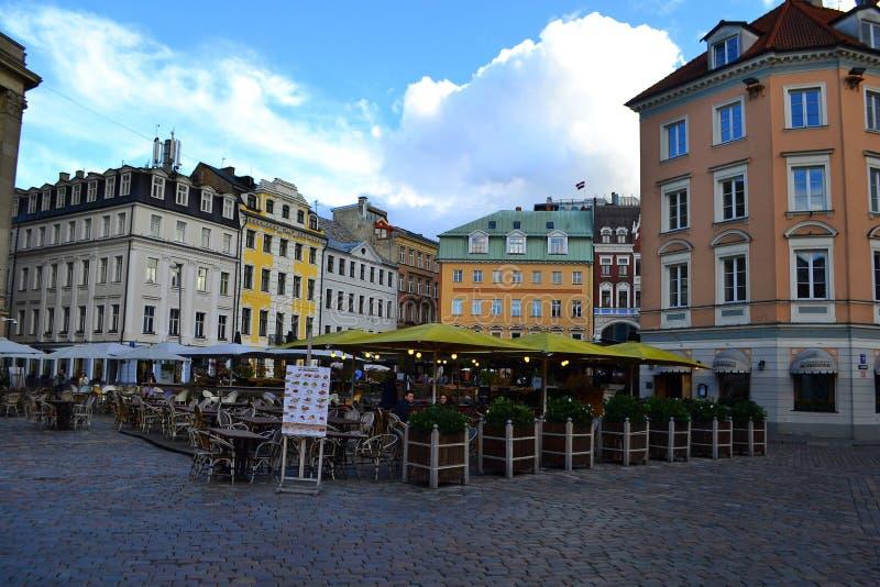 Gatorna i den gamla staden, Riga, Lettland Folk och kafé på bakgrunden September 28, 2018 fotografering för bildbyråer