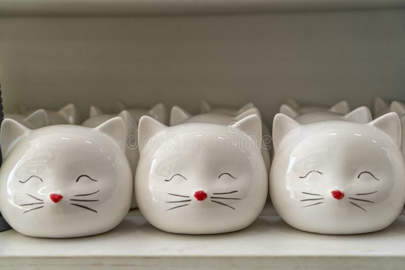 Gatos de recuerdos de la porcelana en el contador foto de archivo libre de regalías