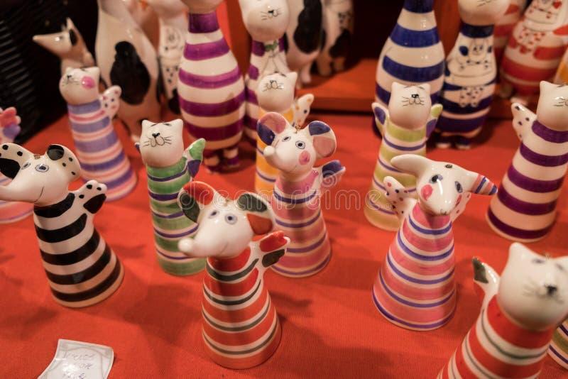 Gatos e estatuetas cerâmicos engraçados dos mouses para a venda imagens de stock