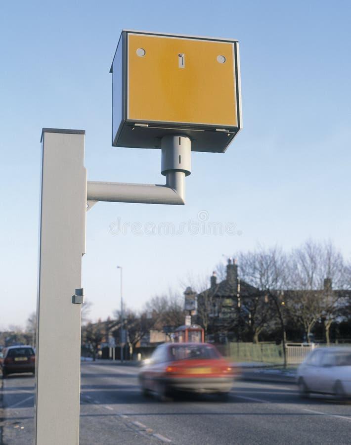 Gatso-Geschwindigkeitskamera mit Schnellfahrenfahrzeugen lizenzfreies stockbild