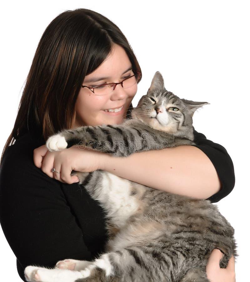 Gatto dell'animale domestico della holding della ragazza immagini stock libere da diritti