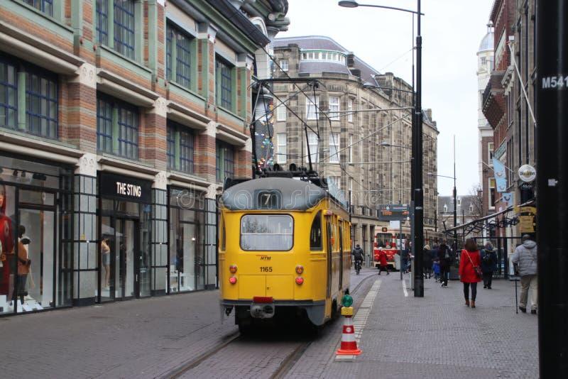 Gatubil i staden Den Haag i Nederländerna, gul gammal historisk spårvagn Denna spårvagn ägs av museum och används för att köra arkivbilder