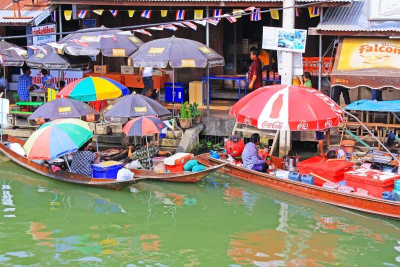 Gatuförsäljare i Amphawa som svävar marknaden, Amphawa, Thailand arkivfoto