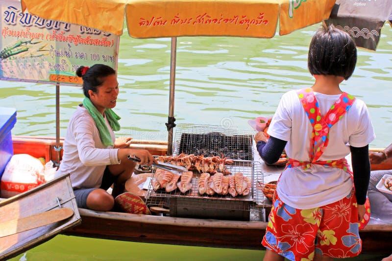 Gatuförsäljare i Amphawa som svävar marknaden, Amphawa, Thailand arkivbilder