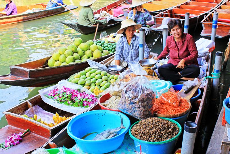 Gatuförsäljare i Damnoen Saduak som svävar marknaden, Ratchaburi, Thailand royaltyfri foto