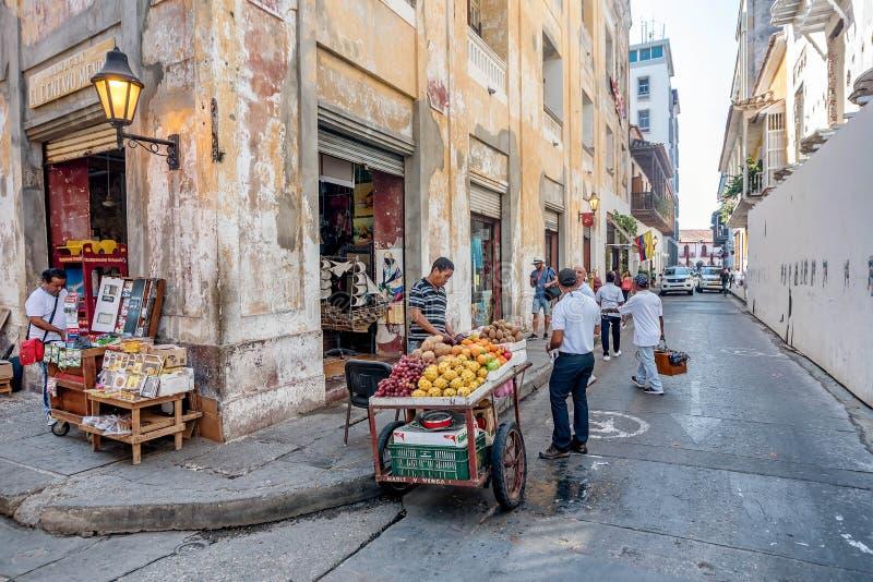 Gatuförsäljare i den gamla staden Cartagena, Colombia arkivbild