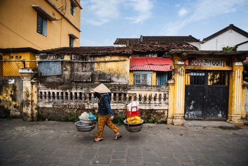 Gatuförsäljare i Hoi An Ancient Town, Quang Nam, Vietnam royaltyfria foton