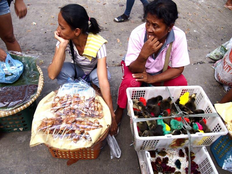 Gatuförsäljare säljer andfågelungar eller ankungar och mellanmål längs en gata i den Antipolo staden, Filippinerna arkivfoton