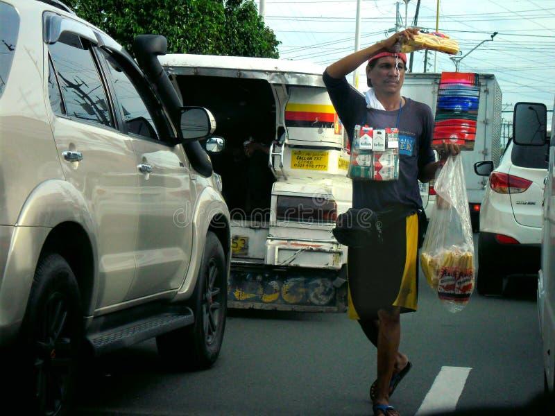 Gatuförsäljare som säljer mat och cigaretten arkivfoto