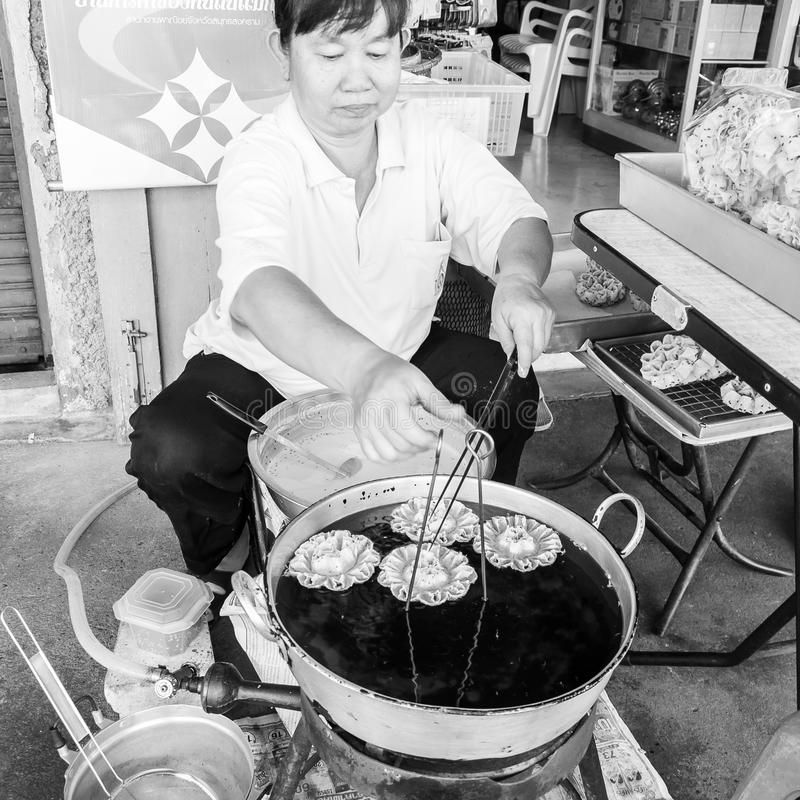 Gatuförsäljaren förbereder traditionell thailändsk mat i Bangkok, Thailand Stree royaltyfri foto