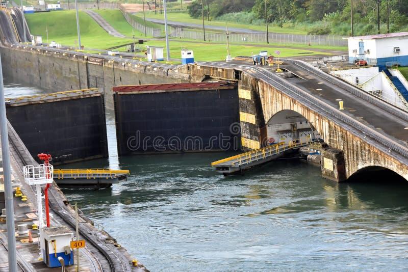 Gatun l?ser den Panama kanalen royaltyfria bilder