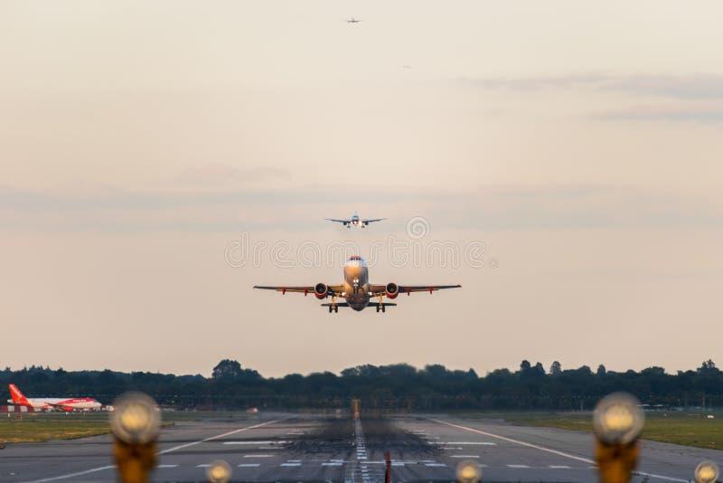 GATWICK lotnisko, ANGLIA, UK †'WRZESIEŃ 13 2018: Widok bezpośrednio zestrzela pas startowego gdy easyJet linii lotniczych samol obrazy royalty free