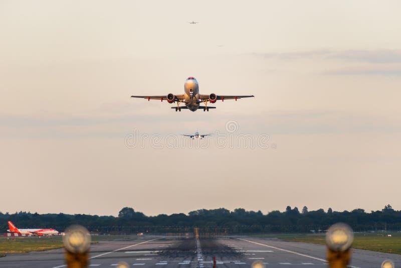 GATWICK lotnisko, ANGLIA, UK †'WRZESIEŃ 13 2018: Widok bezpośrednio zestrzela pas startowego gdy easyJet linii lotniczych samol obraz stock