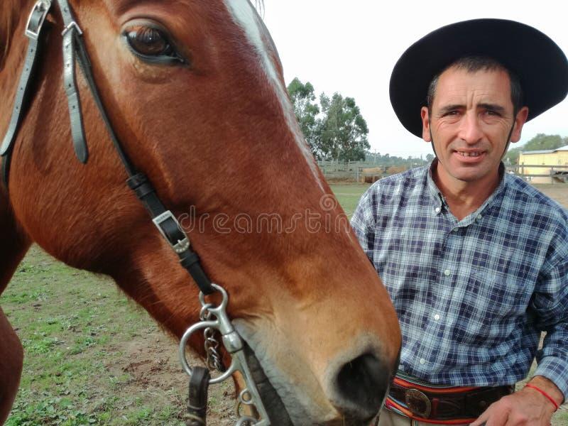 Gaucho con il suo funzionamento del cavallo per la settimana creola immagine stock libera da diritti