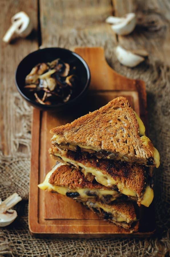 Gauda Cheese roasted cogumelos e sanduíche do centeio da cebola fotos de stock royalty free