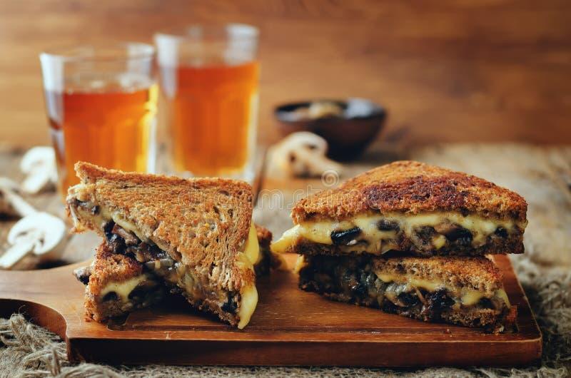 Gauda Cheese roasted cogumelos e sanduíche do centeio da cebola fotografia de stock