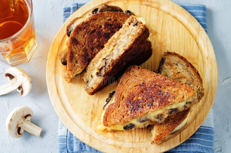 Gauda Cheese roasted cogumelos e sanduíche do centeio da cebola imagem de stock royalty free