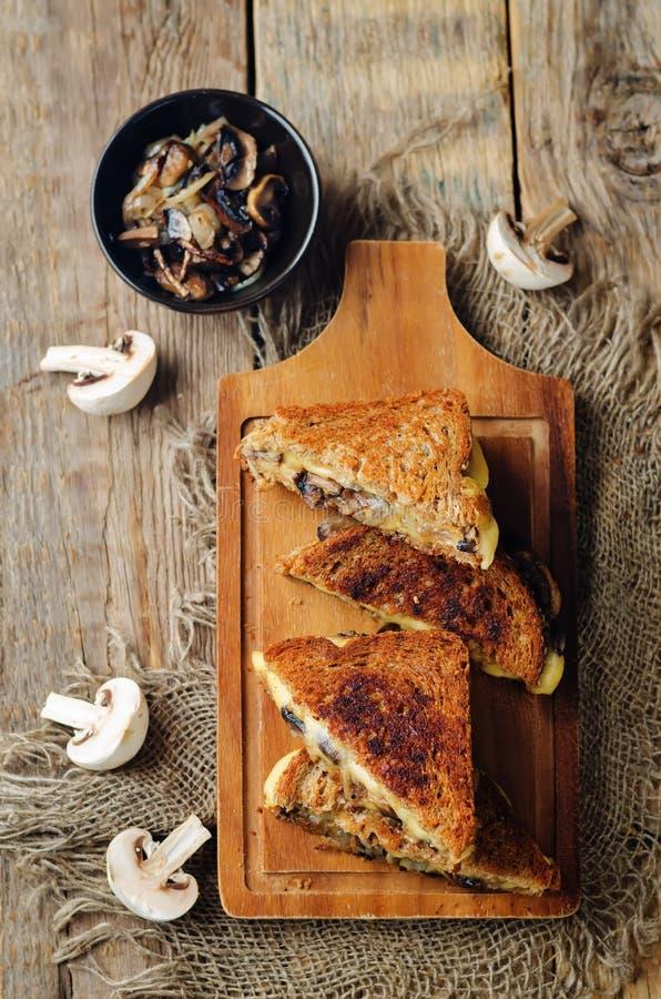 Gauda Cheese roasted cogumelos e sanduíche do centeio da cebola imagem de stock