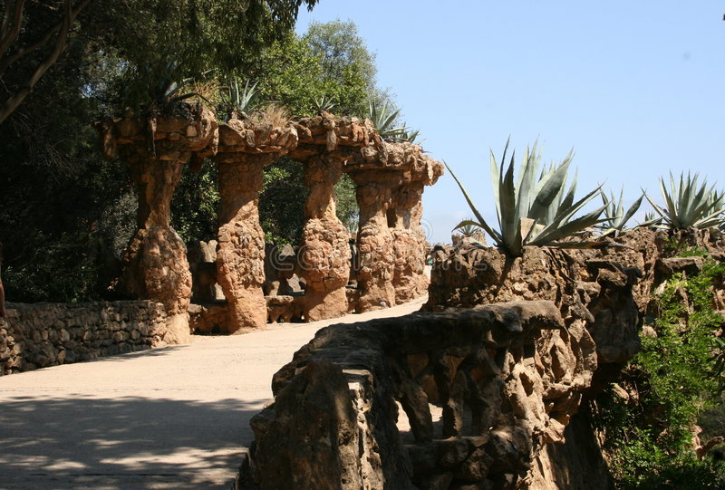 Gaudis Park Guell in Barcelona - Bahnen und Spalten lizenzfreies stockfoto