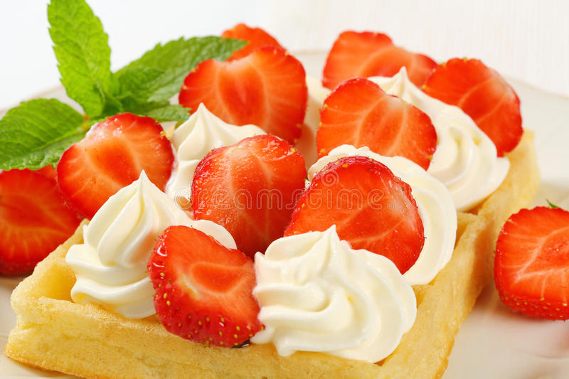 Gaufre croquante avec les fraises et la crème photos stock