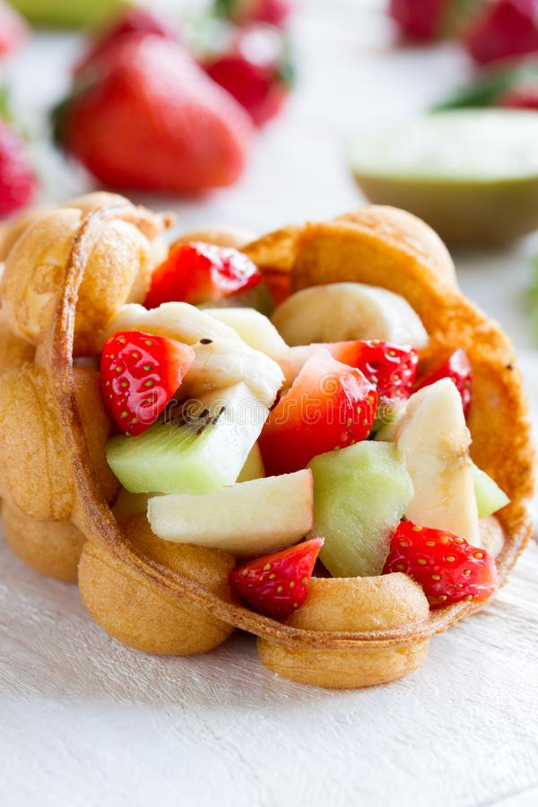 gaufres aux fruits, fraises, pommes et kiwi photographie stock libre de droits