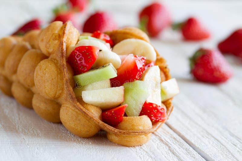 gaufres aux fruits, fraises, pommes et kiwi photos stock