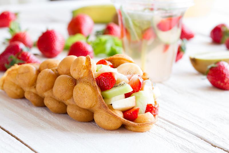 gaufres aux fruits, fraises, pommes et kiwi photographie stock