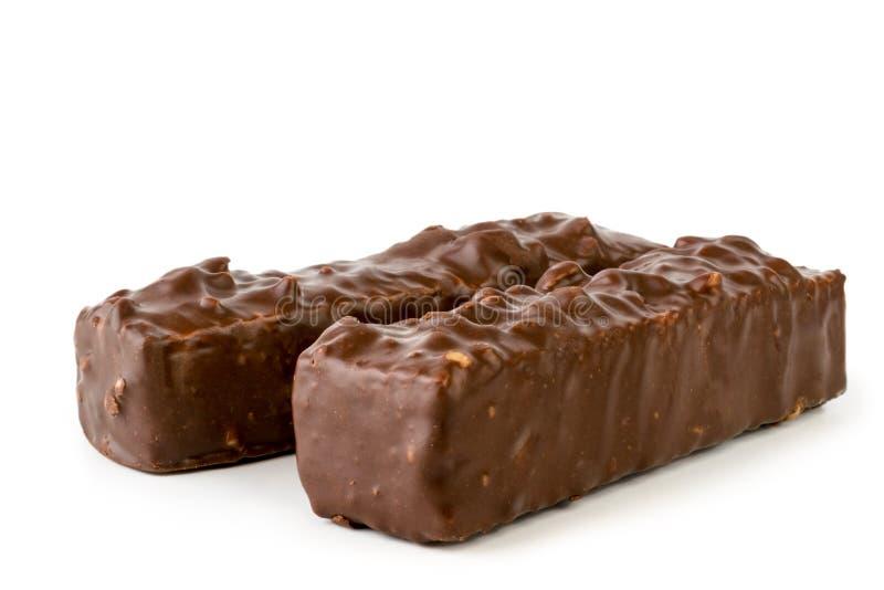 Gaufres avec des écrous trempés avec le plan rapproché de chocolat sur un blanc, d'isolement images stock