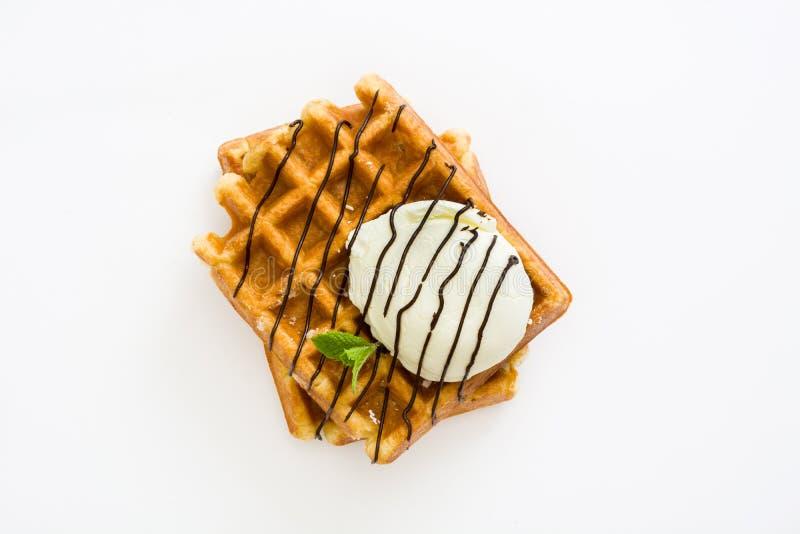 Gaufres avec la crème au chocolat, la crème glacée et la menthe images stock