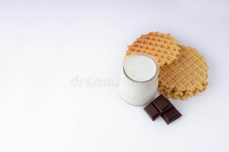 Gaufres belges croustillantes avec des puces de chocolat sur une surface texturisée blanche photo stock