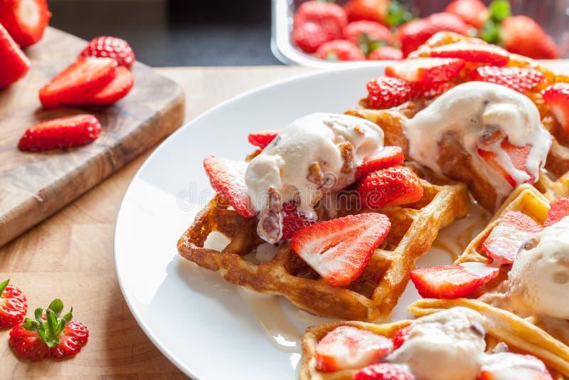 Gaufres de fraise Préparation douce de dessert Portion avec la crème glacée faite maison photo libre de droits