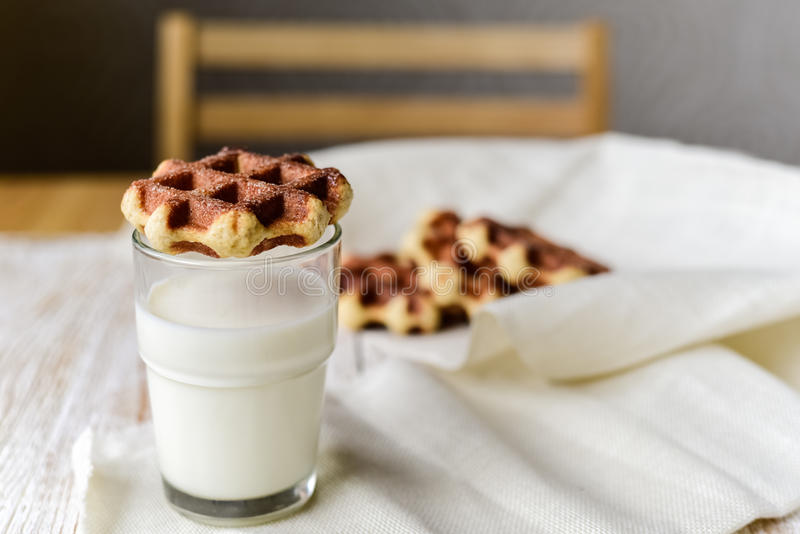 Gaufres de Liège avec du lait image stock