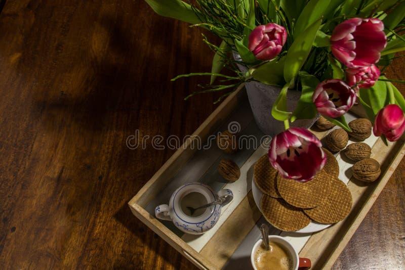 Gaufres traditionnelles de sirop, tulipes néerlandaises, noix, pot de sucre et photo stock
