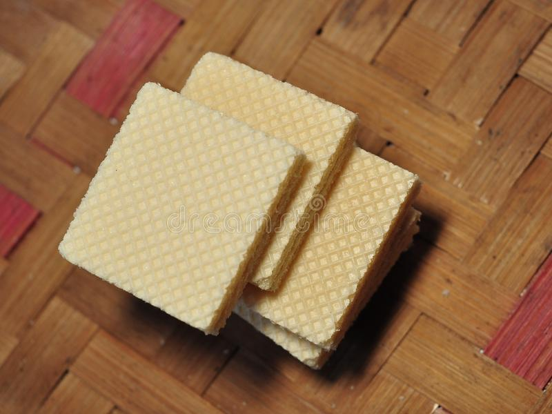 Gaufrette de vanille d'isolement sur le fond en bambou tissé images stock