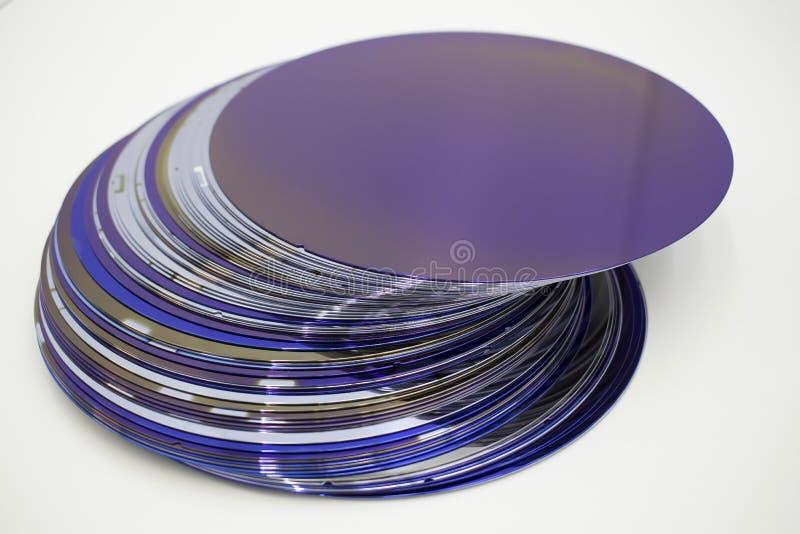 Gaufrettes de silicium de couleur pourpre en stock images libres de droits