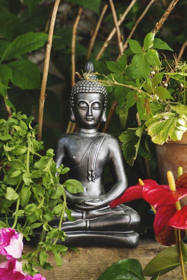Gautama Buddha in de tuin royalty-vrije stock fotografie
