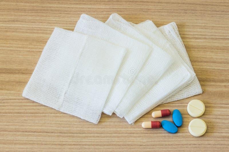Gauze Pads und Medizin lizenzfreie stockbilder