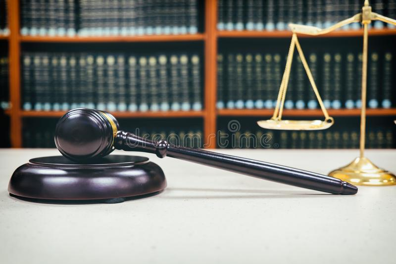 Gavel δικαστών με τους δικηγόρους δικαιοσύνης στοκ φωτογραφίες
