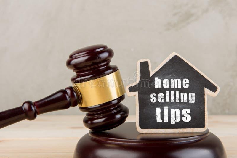 Gavel δημοπρασίας έννοιας ακίνητων περιουσιών και λίγο σπίτι με τις εγχώριες πωλώντας άκρες επιγραφής στοκ εικόνα